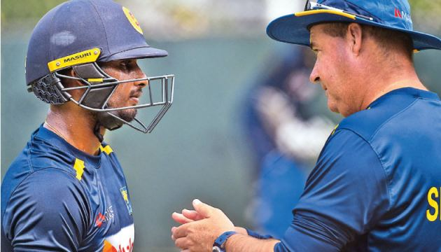 Sri Lanka head coach Mickey Arthur has a chat with Dasun Shanaka during practice at the SSC nets yesterday. – AFP