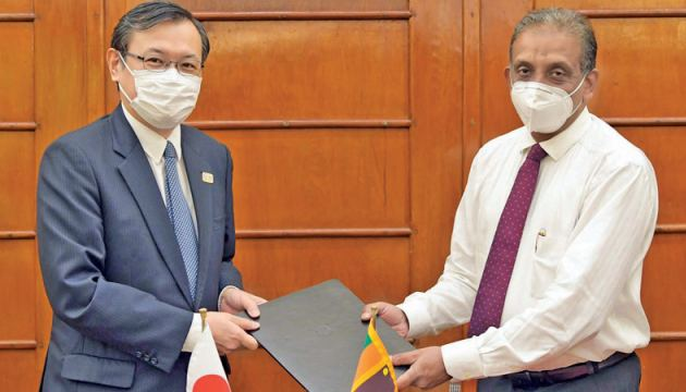 Sugiyama Akira, Ambassador of Japan to Sri Lanka and S. R. Attygalle, Secretary, Ministry of Finance, Economic and Policy Development, exchanges Notes for the aid grant.