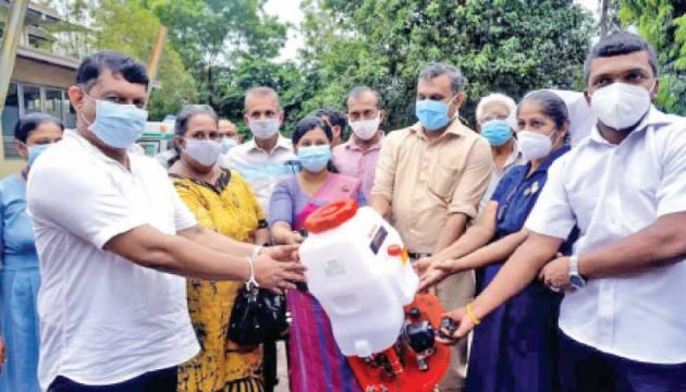 Urban Development, Coast Conservation, Waste Disposal and Public Sanitation State Minister Dr. Nalaka Godahewa visited the Minuwangoda, Divulapitiya, Meerigama, Wathupitiwala and Gampaha hospitals to donate face masks, sanitizers and several other essential items to frontline health staff.