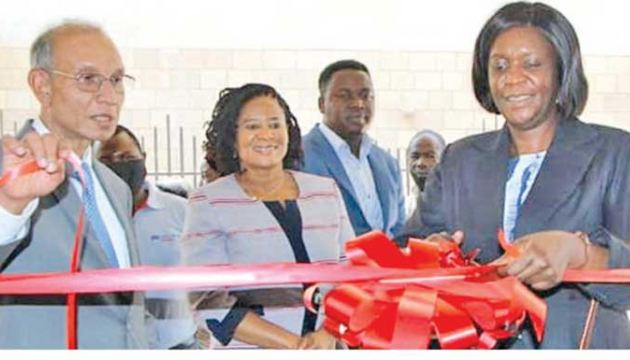 Freda Tamba, Director, Non-Bank Supervision, Bank of Zambia and Elmo Jayetileke, Chief Executive Officer, Africa Region of LOLC, ceremonially opening the first LOLC Finance Zambia branch in Lusaka