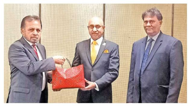 Senior Vice President FCISL, Keerthi Gunawardane presents a token to Dr. Kohona looked on by Director, FCCISL, P. H. Ruwan De Silva