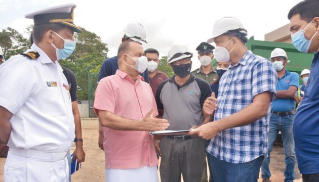 Environment Minister Mahinda Amaraweera discussing the Project with Project Engineers and Officials during the inspection tour.