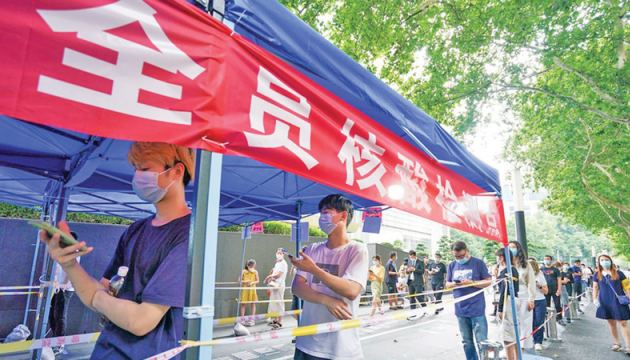 People queue up to receive nucleic acid test at a testing site in Nanjing, capital of east China's Jiangsu Province on Monday.