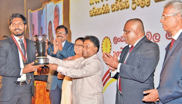 Chief Electrical Engineer (Northern Central Province) C. B. Wickramasinghe receiving the Silver Excellence award from Minister Dullas Alahapperuma accompanied by CEB, Chairman  Eng. Vigitha Herath. Picture by Samantha Weerasiri.