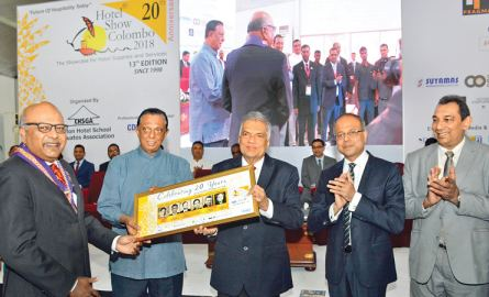 Prime Minister Ranil Wickremesinghe inaugurated Hotel Show Colombo 2018 together with Ministers Sagala Ratnayaka, John Amaratunga and State Minister Ranjith Aluvihare at the BMICH yesterday. Picture shows the Prime Minister presenting a memento to Chairman of the Organizing Committee Trevine Gomez. Picture by Saliya Rupasinghe