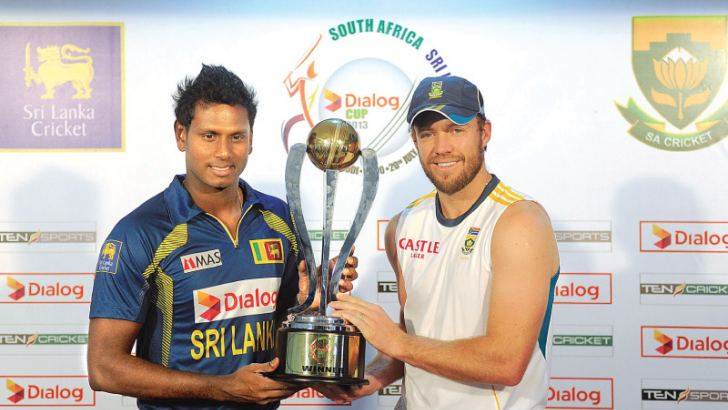 South African cricket captain AB de Villiers (R) and Sri Lankan cricket captain Angelo Mathews (L) holds the series trophy during a press conference in Colombo on July 19, 2013. South Africa and Sri Lanka will play five ODIs and three Twenty20s between July 20 and August 6. AFP