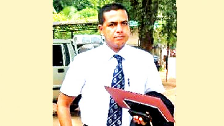 Chief Inspector of the Criminal Investigation Department Ravindra Wimalasiri arriving at the Minuwanda Magistrate's Court with the DNA report yesterday. Picture by Kotadeniyawa group and Minuwangoda special