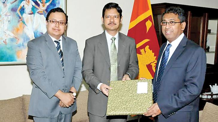 Deputy Foreign Affairs Minister Dr Harsha de Silva met Bangladesh    High Commissioner in Colombo Tarik Ahsan at the Foreign Affairs Ministry and discussed on further strengthening political, economic and cultural relations between the two countries. Among other matters the Deputy Minister reiterated the importance of establishing linkages between the ports of Bangladesh and Sri Lanka.
