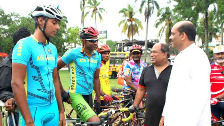SLNCF president Dr Amal Harsha de Silva introducing the cyclist to the chief guest Skills Development and Vocational Training State Minister Palitha Range Bandara.