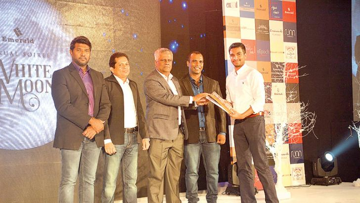 Managing Director of Emerald  A.F.M Ikram presenting the best dealer award to Aquill Subian – Director Fashion Bug Aquill Subian. Purchasing and Special Order Snr Manager –  Pradeepa Duwantha and Sales Managers  G.G Aruna Buddhika and M.F.M Faizeen of Emerald