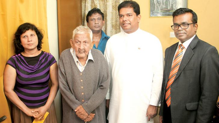 Parliamentary Reforms and Mass Media Minister Gayantha Karunathilaka and Deputy Minister Karunaratne Paranavithana yesterday visited the house of comedian Berty Gunathilake and inquired about his health. Picture shows the minister and deputy minister with Gunathilake. Picture by Sudam Gunasinghe