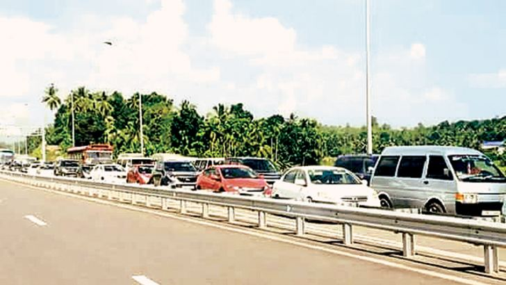A four kilometre queue was seen at the Godagama exit  on the Southern Expressway in Matara yesterday. Expressway authorities requested motorists traveling south to exit the Expressway at Pinnaduwa and Kokmaduwa. Picture by Priyan de Silva, Matara sports correspondent