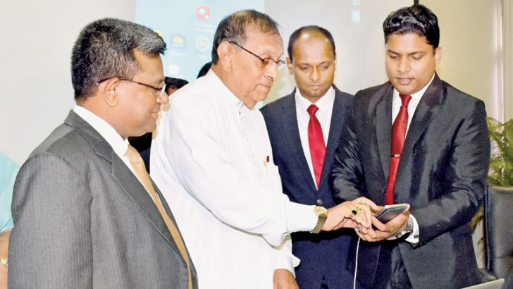 Speaker Karu Jayasuriya launching the official Mobile App of Sri Lanka Parliament at the Parliamentary Complex yesterday. Picture by Gayan Pushpika