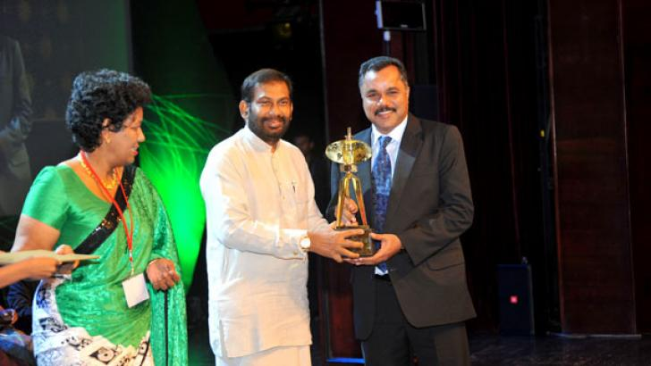 The award being presented to S.R. Metals by Minister Daya Gamage