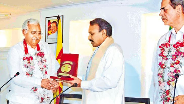 Southern Province Governor Dr. Hema Kumara Nanayakkara presented former Speaker of Hariyana Legislative Assembly Shri Satbir Singh Kadian with a memento of  goodwill between the two states. Lawyer Randhir Mann is also in the picture. Picture by Mahinda P. Liyanage, Galle Central Special Correspondent.