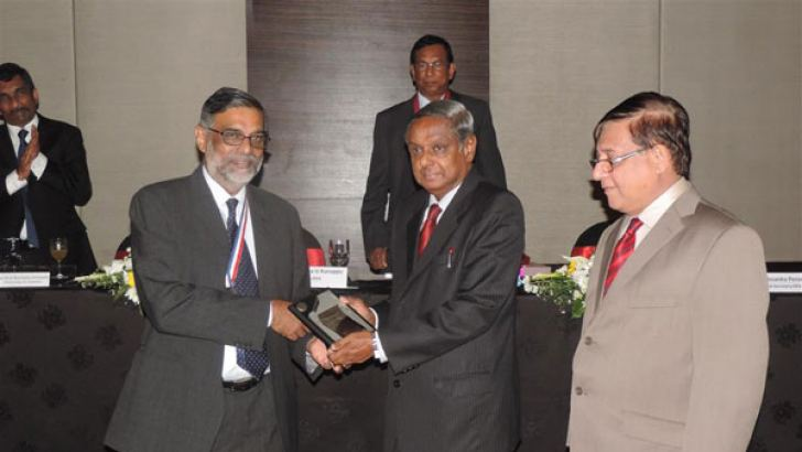 Prof. Rohana Kuruppu is presenting a token of appreciation to Prof. Ravindra Fernando, Chief Guest at the OPA Induction ceremony. Eng. Nissanka Perera, General Secretary .