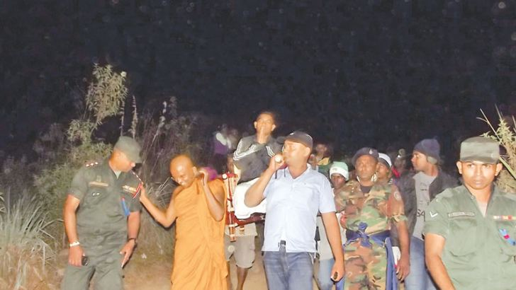 Twenty  five disabled soldiers who fought to liberate the country from  terrorism and safeguard territorial integrity were taken to  Sri Pada through the Nallatanni route under the guidance of  Incumbent of Saranathissagama Sri Jayarajaramaya, Andiambalama  Ven.  Daranagama Sumanathissa  Thera.  A team of 25 disabled  soldiers residing in Ragama Ranaviru Sevana and Abimansala Wellness  Resource Centres in Anuradhapura and Kurunegala were accompanied to  worship Sri Pada with the assistance of Security Force