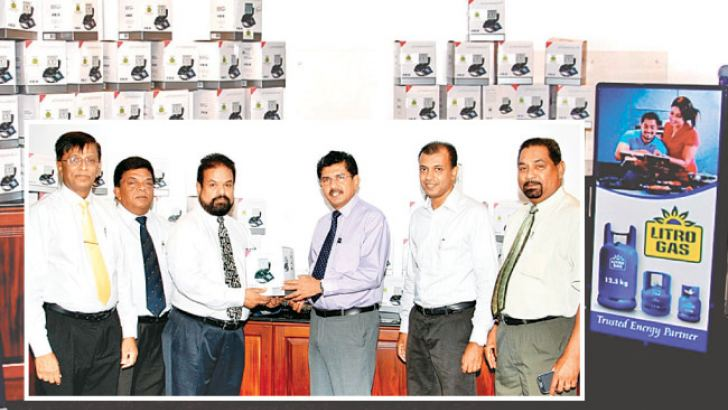 Litro Gas Lanka Ltd Chairman Shalila Moonesinghe, handing over the equipment to Director of the National Hospital Dr. Anil Jasinghe.  Managing Director Hemalal Perera and Litro Gas Terminal Lanka (Pvt) Ltd Director Norbert Fernando, National Hospital Committee Chairman Dr. Rizvi Farook and Treasurer Sarath Gunasekera look on.
