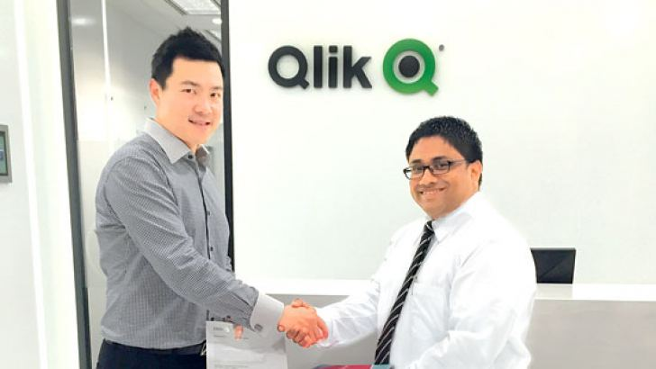 Qlik South East Asia Regional Director Wee Luen Chia exchanges the partnership with D Tech.