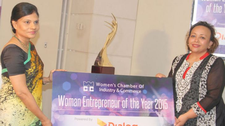 WCIC Chairperson, Rifa Musthapha and WCIC Vice Chairperson, Indrani Fernando unveiling the new trophy for the 'Woman Entrepreneur of the Year'.