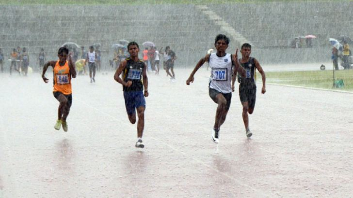 The boys' under 20, 100m event in progress despite bad weather on the final day of the Junior Athletic Nationals 2016 at Diyagama Mahinda Rajapaksa Stadium yesterday. Pictures by Wimal Karunathilaka
