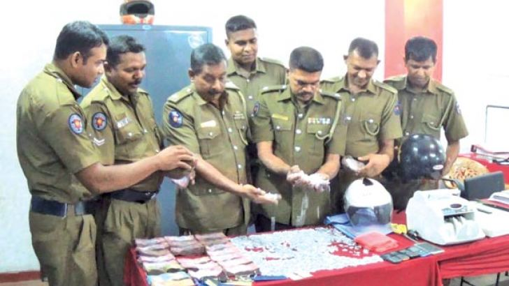 "Mirihana police yesterday seized over 4,000 packets of heroin from the possession of underworld gangster Rohan Welegedara. He is an associate of drug kingping ""Lanci"" who was shot dead opposite the Mahara Courts premises recently. Picture by Priyangi Jayasinghe,  Godagama Group Correspondent"