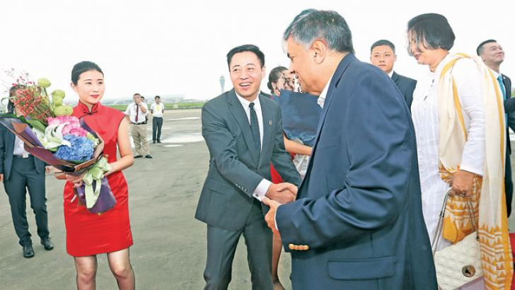 Shenzhen City Deputy Mayor Ai Xuefeng welcomed Prime Minister Ranil Wickremesinghe and the Sri Lankan delegation. Premier Wickremesinghe and the delegation visited Shenzhen City yesterday.