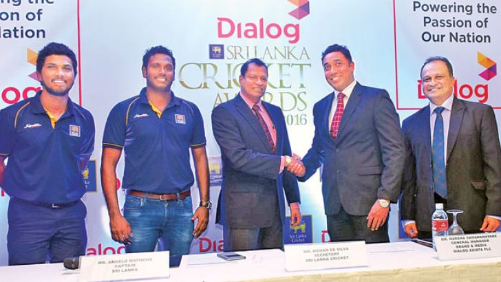 Sri Lanka Cricket secretary Mohan de Silva (third from left) and Harsha Samaranayake, General Manager – Brand and Media, Group Marketing, Dialog Axiata PLC shake hands at the media conference held at Jaic Hilton on Monday. Sri Lanka team vice-captain Dinesh Chandimal, captain Angelo Mathews and SLC CEO Ashley de Silva are also present. Picture by Mahinda Vithanachchi.