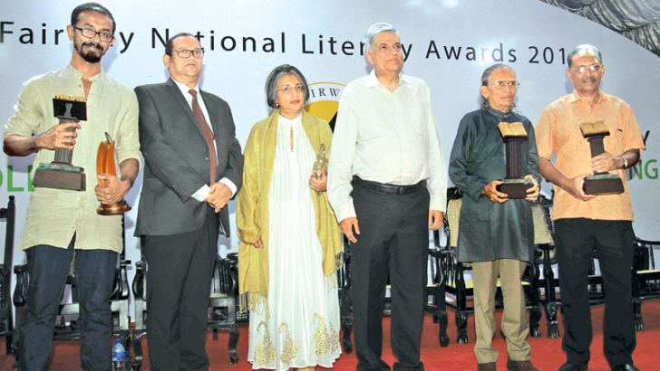 Theena Kumaragurunathan (extreme left) with Prime Minister Ranil Wickremesinghe at the Fairway National Literary Awards 2017.