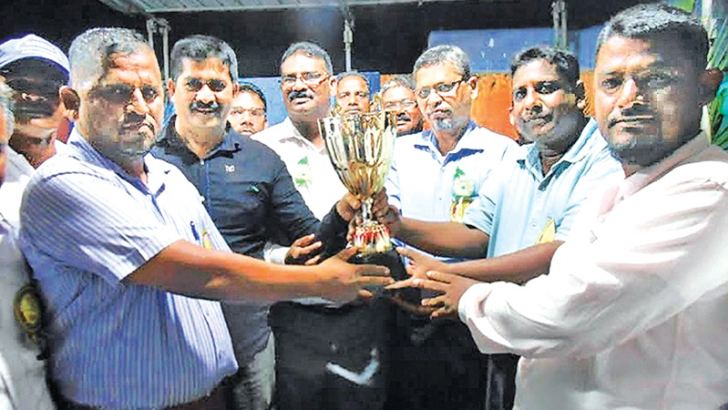 The teacher in charge of Arafa House receives the trophy from the chief guest Akkaraipattu Zonal Education Director A.L.M.Cassim