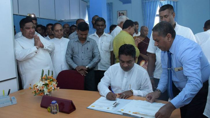 Uva Provincial Health, Women's Affairs and Welfare Minister Anura Vidanagamage assumed duties at his ministry yesterday. Uva Province Chief Minister Chamara Sampath Dassanayake and Provincial Ministry Secretary Anil Wijesiri were also present.  Picture by Lunugala Prasanna Padmasiri