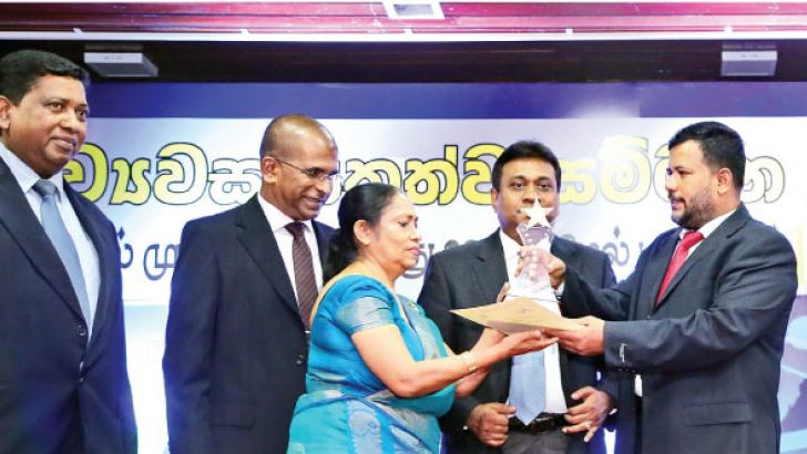 Minister of Industry and Commerce Rishad Bathiudeen (far right) hands over the Best Western Provincial Entrepreneur of 2017 to the Chairperson of Sethma Hospitals Mrs. Y.M. Sudumenike as Managing Director of Sethma Hospitals Dr DCS Jayasuriya (far left) a Hospital executive (second from left) and President of National Chamber of Commerce  Sujeeve Samaraweera (second from right) loo on in Colombo on 17 October.