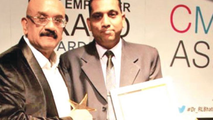 People's Leasing and Finance PLC Human Resources Group Head Uresh Jayasekera being awarded with the 'HR Leadership Award' at 'The Asia's Best Employer Brand Awards - 2017'