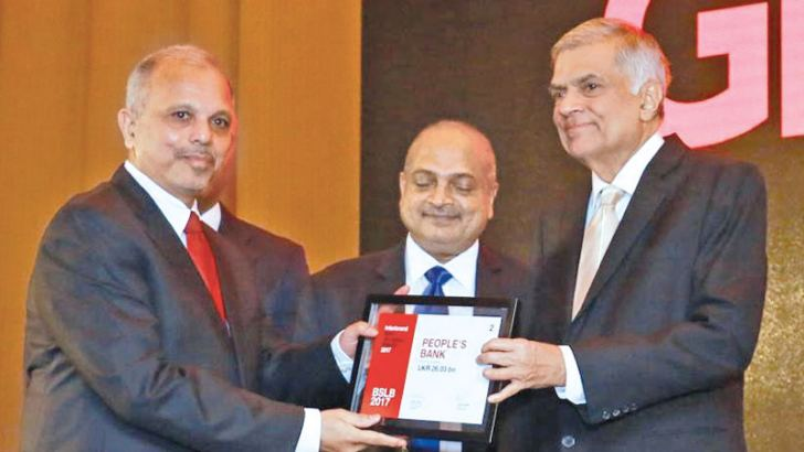Prime Minister Ranil Wickremesinghe awarding the runners up award to People's Bank.  Picture by Hirantha Gunathillake