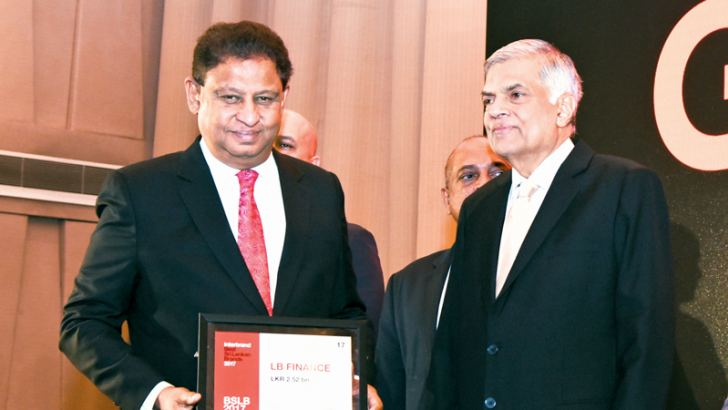 J A S Sumith Adhihetty, Managing Director, LB Finance PLC receiving the award from Prime Minister Ranil Wickremesinghe.