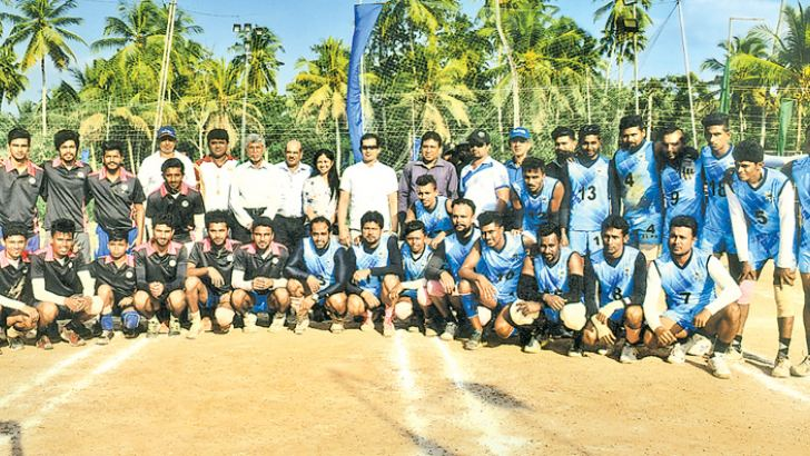 The champion Port's Authority (blue jersey) and runner-up University of Sabaragamuwa teams (black jersey) poses a picture with the officials of Sri Lanka Kho-Kho Federation.