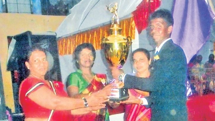 Vijaya House Captain Ishan Oshada receives the overall sports championship cup from the Guest of Honour Inoka de Silva, Principal Sarojani Nirmala Kotalawala and Sports Teacher N N Kulathunga. (Pic by Kalutara Central Special H L Sunil Shantha