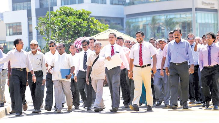 GMOA Secretary Dr. Haritha Aluthge and others on their way to hand over the proposals to the President.  Picture by Rukmal Gamage.