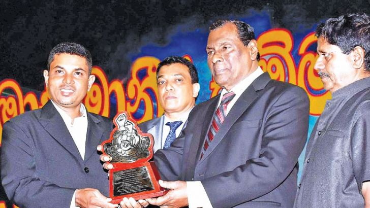 Managing Director of Chandana Builders Chandana Pushpakumara Ratnayake receiving the award from Minister of Labour John Seneviratne.
