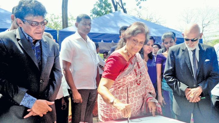 The 2018 International Mother Language Day celebrations organised by the National Co-existence Dialogue and Official Languages Ministry, jointly with the Bangladesh High Commission and the Foundation Institute was held at the Viharamahadevi Park, Colombo on Wednesday. Picture shows former President Chandrika Bandaranaike Kumaratunga drawing a sketch. Minister Mano Ganeshan and State Minister A.H.M. Fowzie are looking on. (Picture by Wasitha Patabendige)