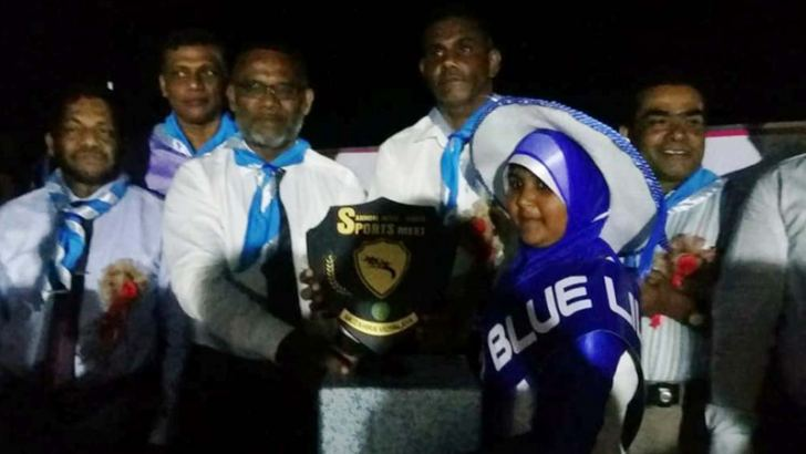 House captain of Blue Lily House recieveing the trophy from Akkaraipattu Zonal Education Director, A.M.Rahmathullah