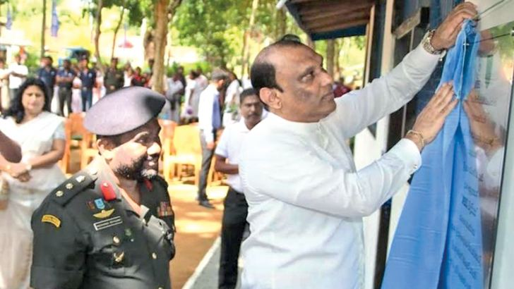 Dr. Sujeewa Lokuhewa, Chairman of MBSL, unveiling the plaque to mark the opening of the 'MBSL Vidu Piyasa' Computer Centre. Col. Nissanka Eriyagama, Brigade Commander of the Air Mobile Brigade of the Sri Lanka Army (SLA) look on.