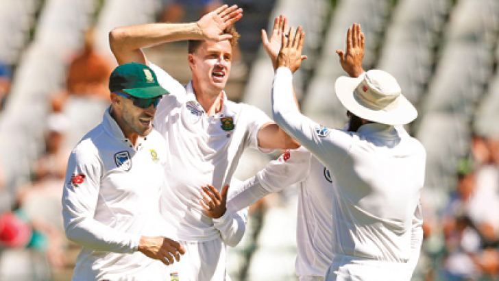 South African bowler Morne Morkel (2nd from R) celebrates the dismissal of Australian batsman Steven Smith (not in picture) during the second day of the third Test cricket match between South Africa and Australia at Newlands cricket ground on March 23, 2018 in Cape Town, South Africa. AFP