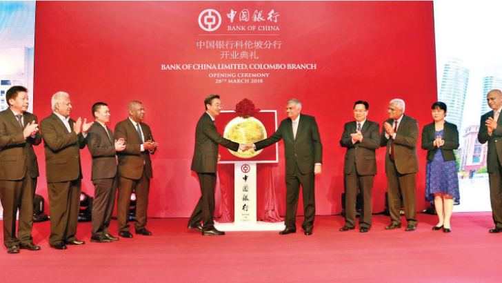 Prime Minister Ranil Wickremesinghe and Chairman of the Board of Supervisors of the Bank of China Wang Xiquan unveiling the plaque and other invitees at the event. Picture by Vipula Amarasinghe
