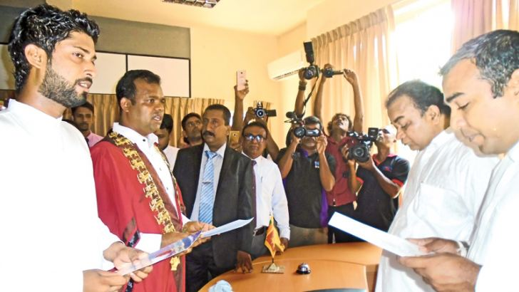 The new Dambulla MC members taking oaths in the presence of MP Janaka Tennakoon. Picture by Matale District Group Corr.