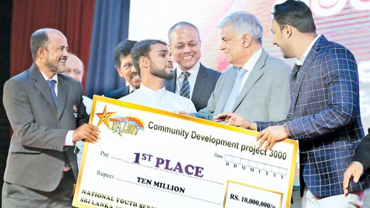 The 'Youth with Talent 2017- Gamata Kotiyak' awards ceremony was held under the patronage of Prime Minister Ranil Wickremesinghe at Temple Trees yesterday. Here, the winner of Youth With Talent 2017 – Gamata Kotiyak programme, Sinhale Api Youth Society from Galgamuwa, Kurunegala receiving the award and cash price from Prime Minister Wickremesinghe. Minister Sagala Ratnayaka was present. Picture by Saman Sri Wedage