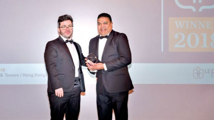 Le Fonti President, Guido Giommi presenting the Award for 'Excellence of the Year for Innovation and Leadership', Mobile Telecommunications to Mobitel Chief Executive Officer Nalin Perera.