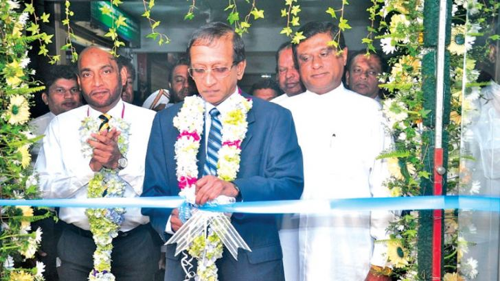 Chairman of Richard Pieris Finance Felix Fernandopulle is seen opening the branch, while Executive Director and CEO  K.M.M Jabir, Mayor of Nuwara Eliya Chandana Lal Karunaratne, Directors and other staff members look on.