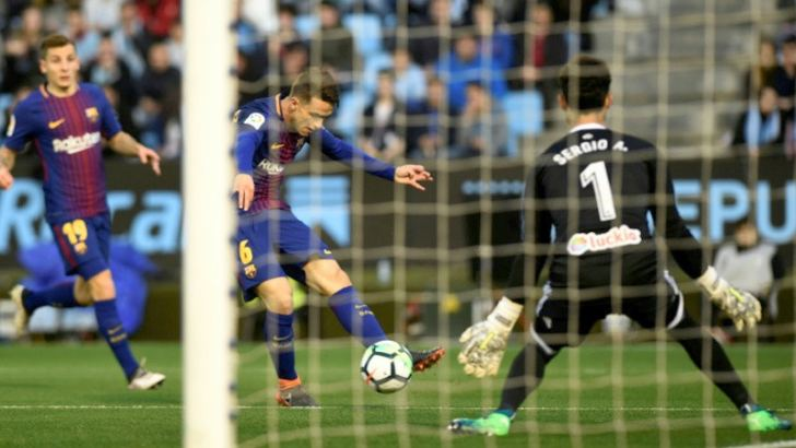 Barcelona's Denis Suarez (C) shoots at the goal guarded by Celta Vigo's Sergio Alvarez at the Balaidos stadium in Vigo on April 17. AFP