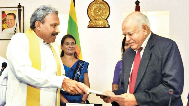The two governors exchange initial official documents at the felicitation.  Picture by Mahinda P. Liyanage